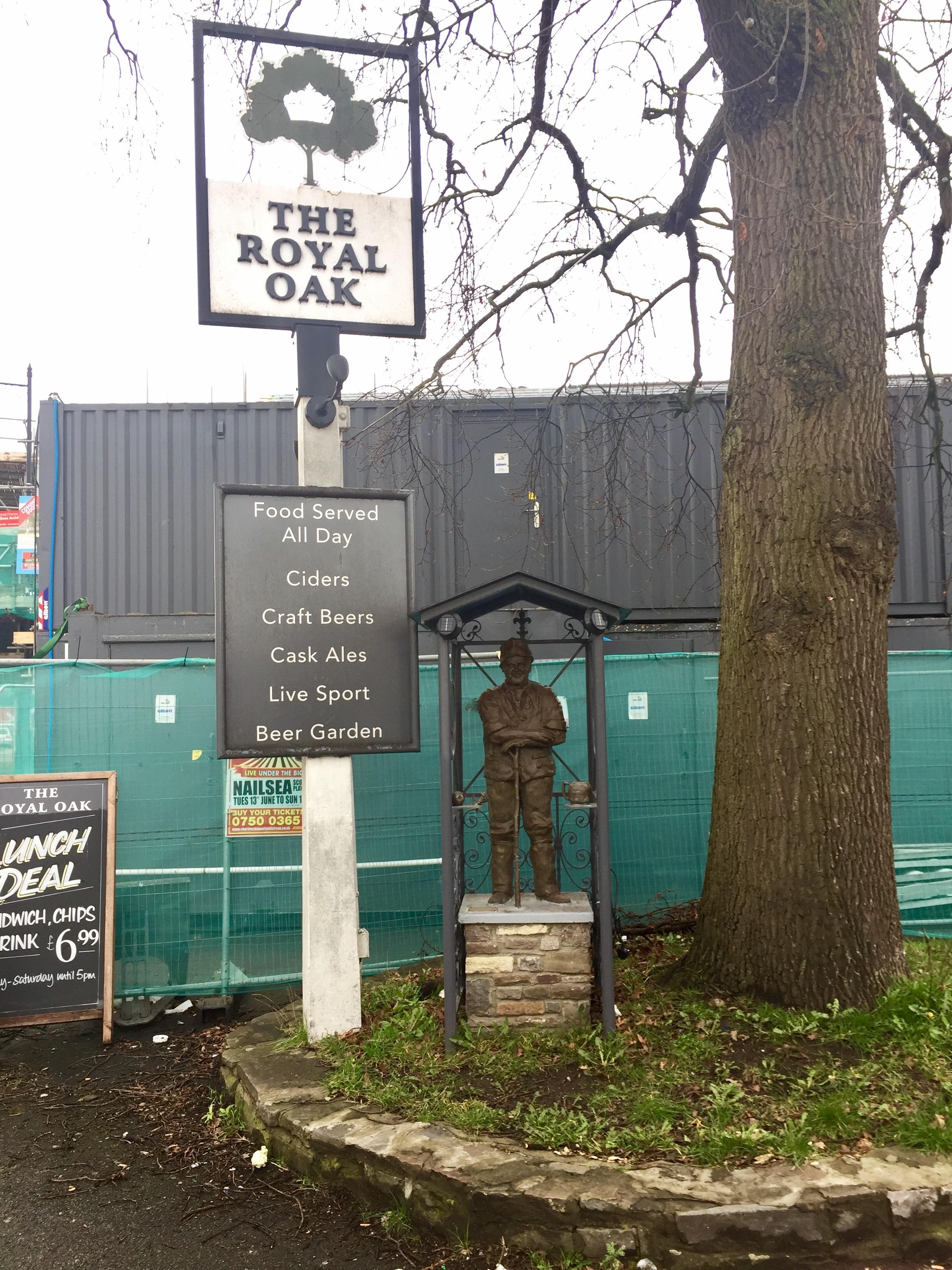 File:Adge Cutler statue at Royal Oak.jpg