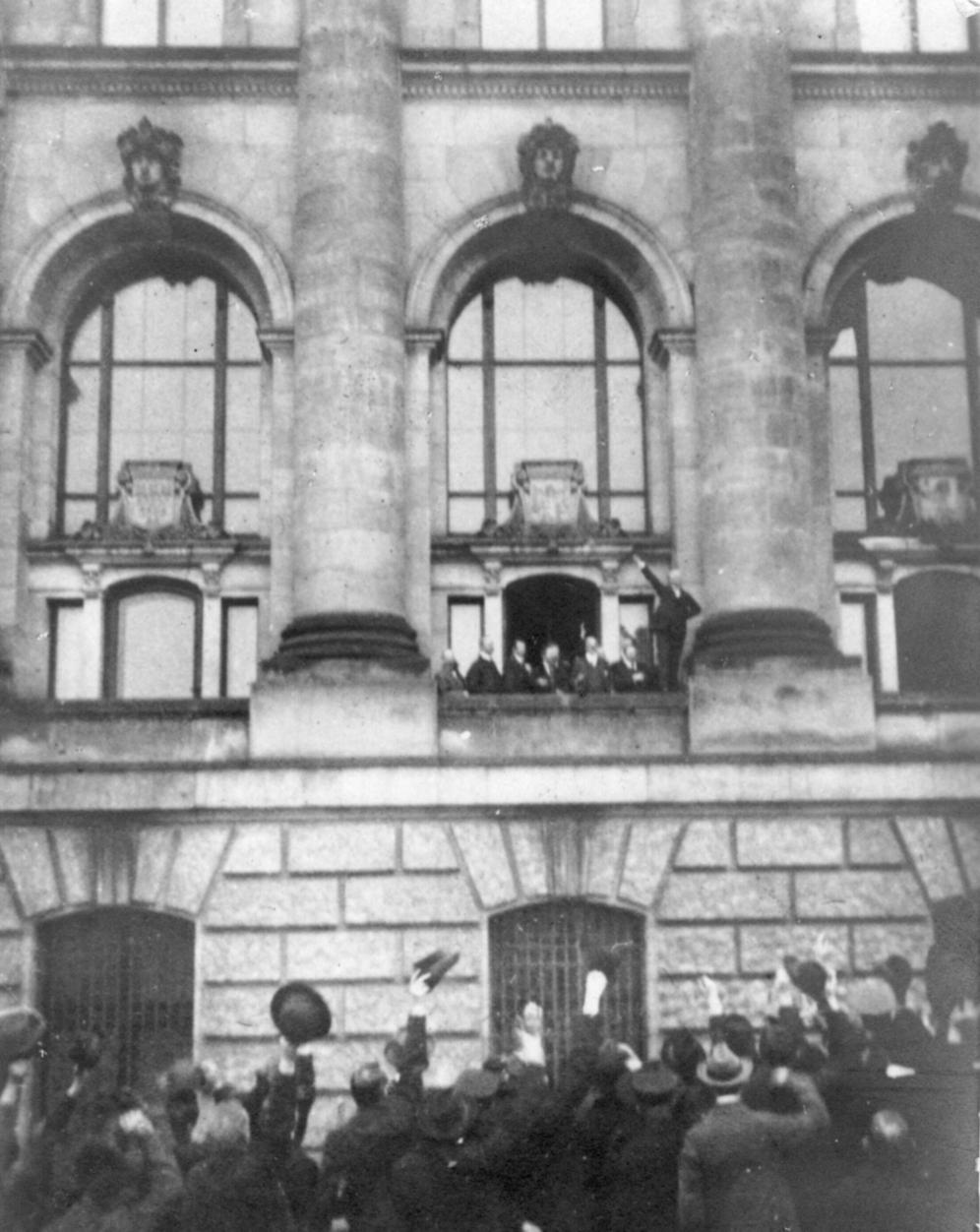 Philipp Scheidemann ruft vom Reichstagsgebäude am 9.November 1918 die Republik aus.