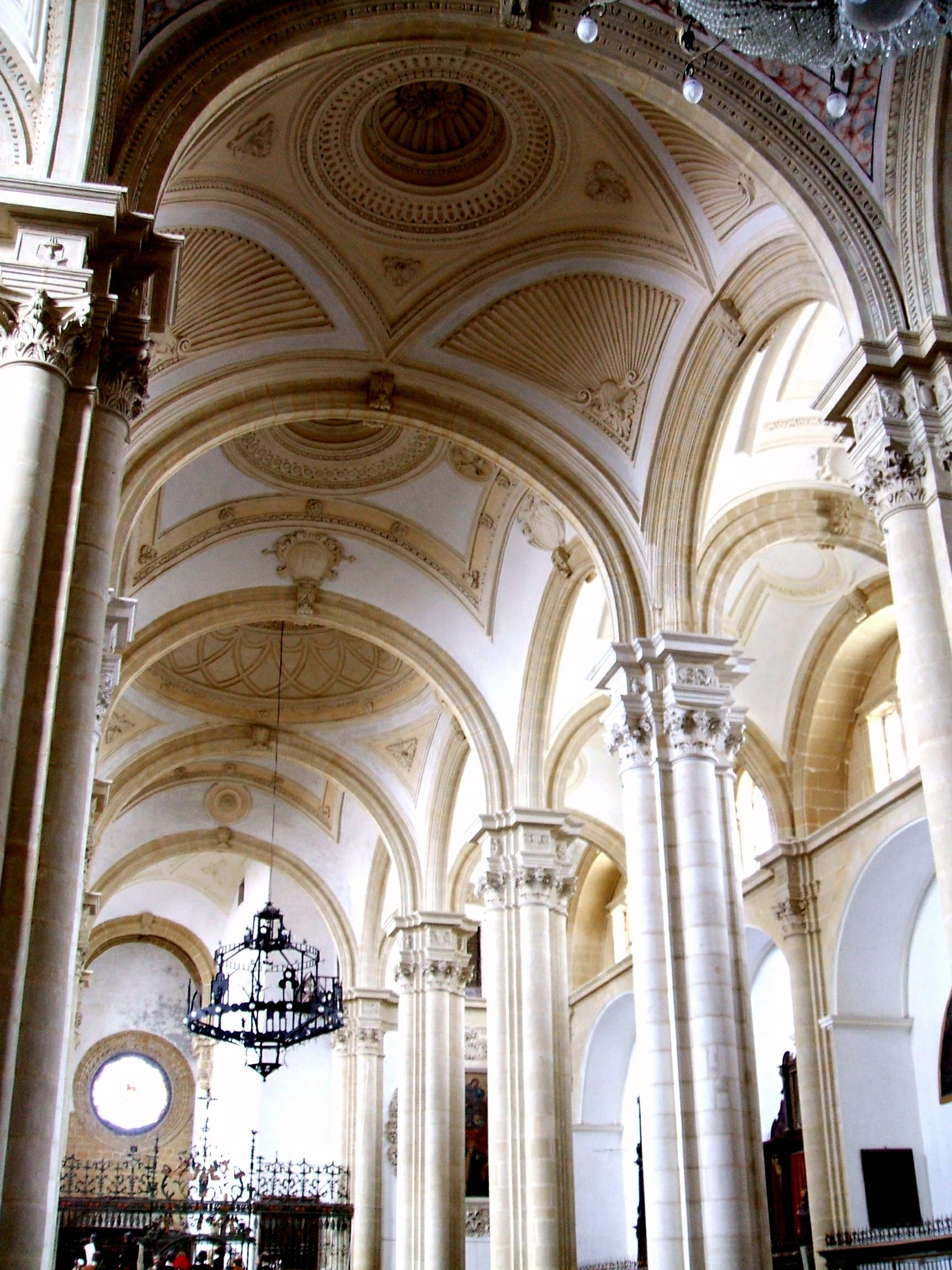 File:Baeza - Catedral, interior 15.jpg