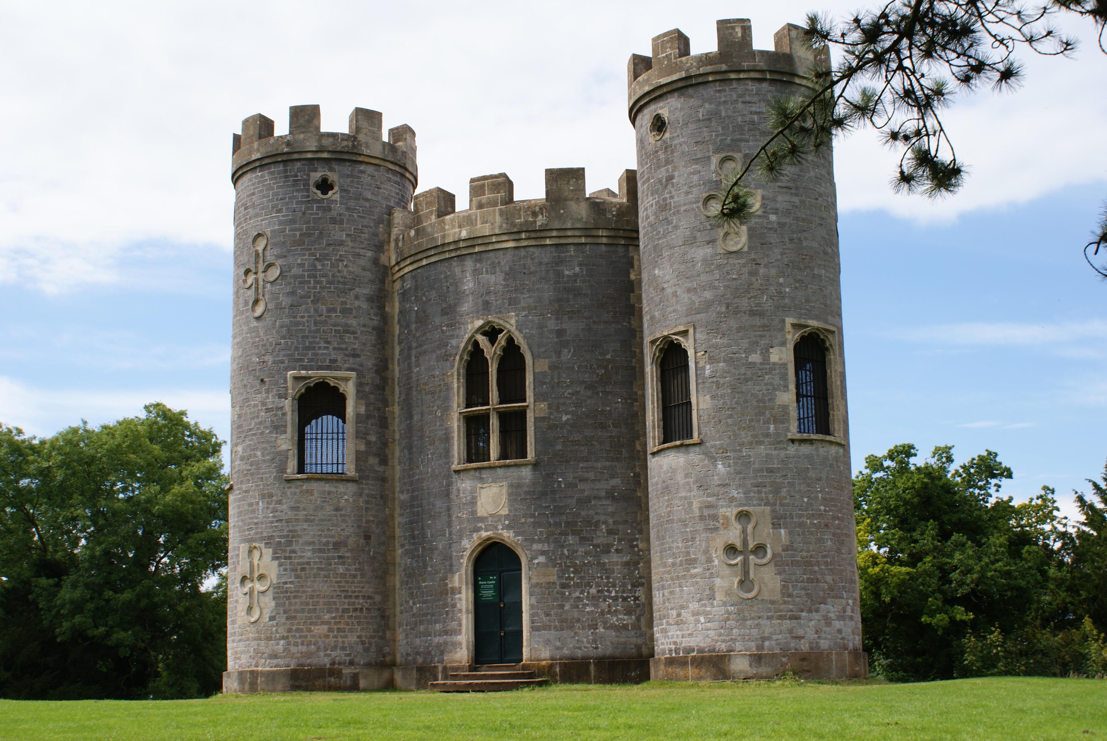 File blaisecastleestate castle jpg wikimedia commons for Small houses that look like castles