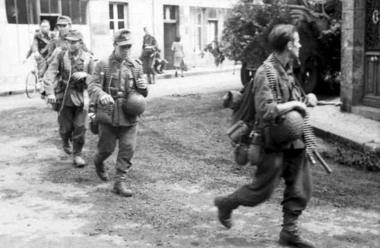 10e SS Panzergrenadier, Normandie 1944 - Page 2 Bundesarchiv_Bild_101I-721-0388-34A%2C_Frankreich%2C_nach_der_Invasion%2C_Infanteristen