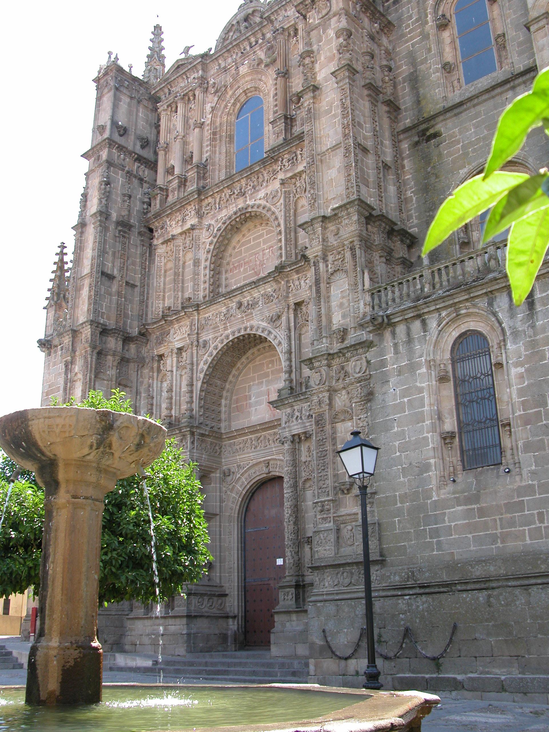 File:Catedral nueva plasencia.JPG - Wikimedia Commons