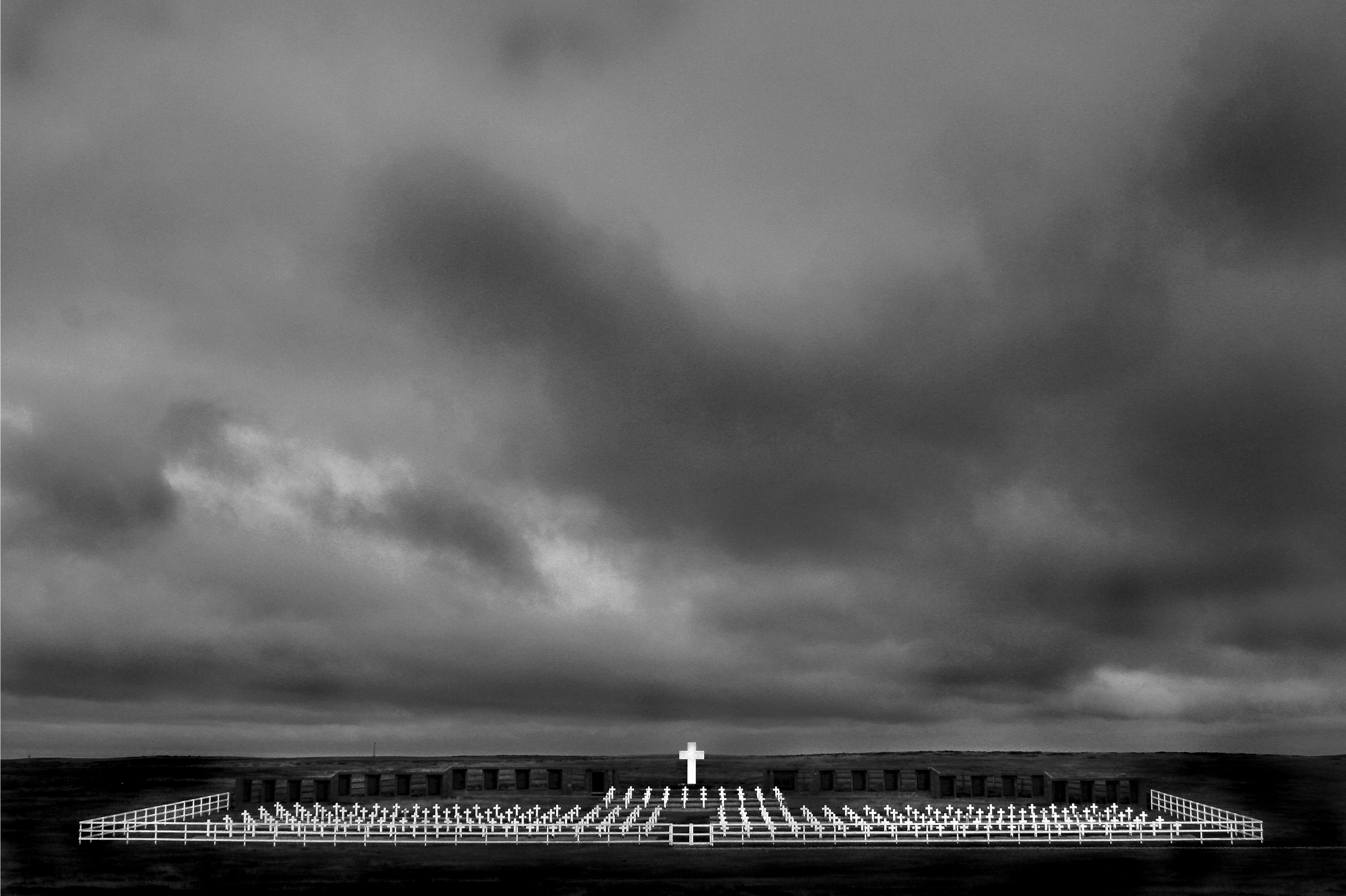 """Cementerio argentino en Puerto Darwin, Islas Malvinas. La Guerra de Malvinas (1982) tuvo un enorme impacto en Argentina. Una de sus consecuencias fue una explosión de popularidad del llamado """"rock nacional"""". Spinetta participó de varias actuaciones públicas y lanzó durante la guerra el álbum Kamikaze."""