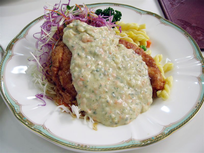 https://upload.wikimedia.org/wikipedia/commons/7/7b/Chicken_with_tartar_sauce.jpg