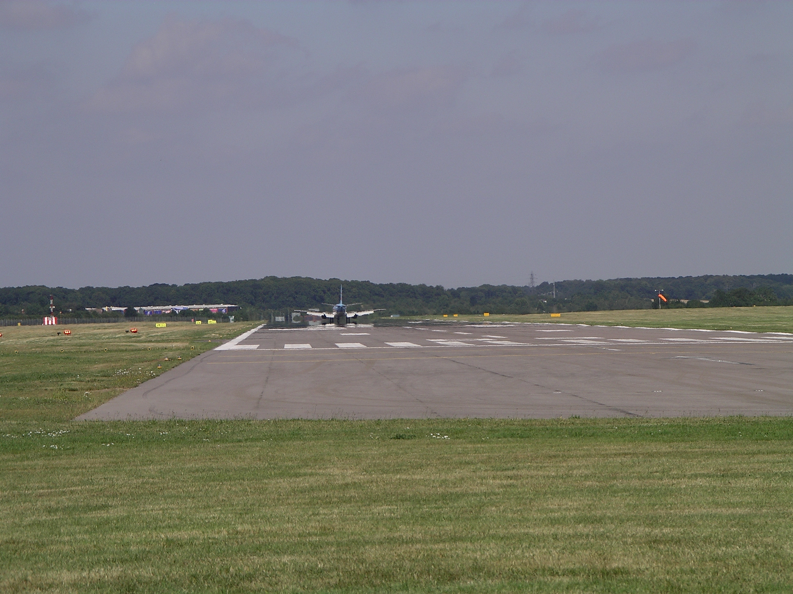 File:Coventry Airport runway landing 3g06.JPG - Wikipedia, the ...