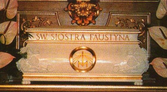 Skrin med relikviene av den hellige Faustina Kowalska i Krakow-Łagiewniki