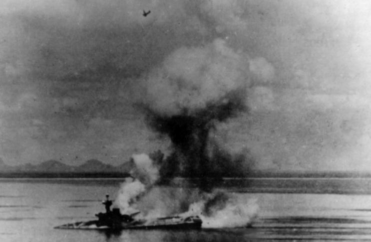 File:HMS Hermes (95) sinking 1942.jpg - Wikimedia Commons