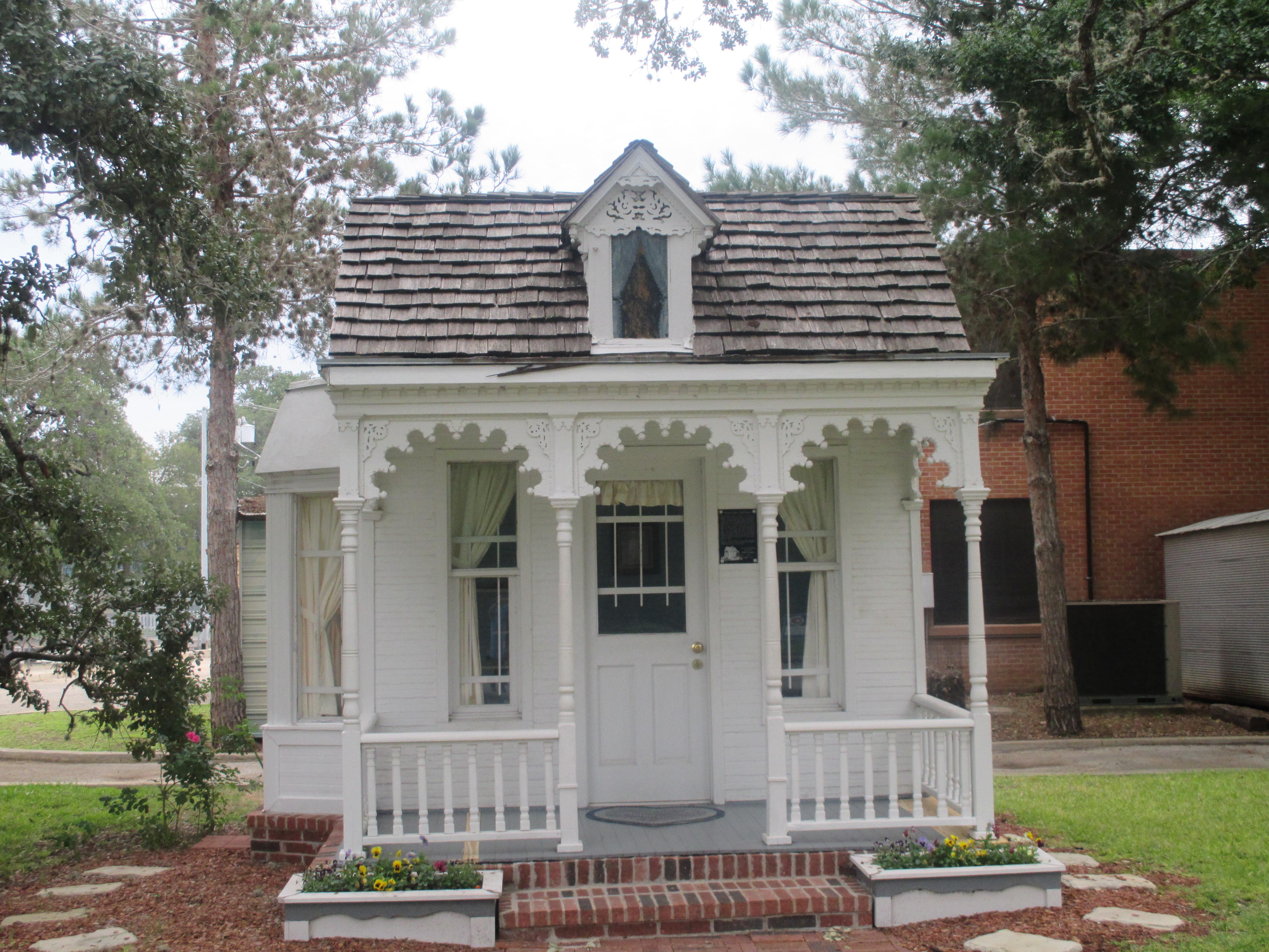 File:Historic Dietz-Castilla Doll House, Seguin, TX IMG 8170