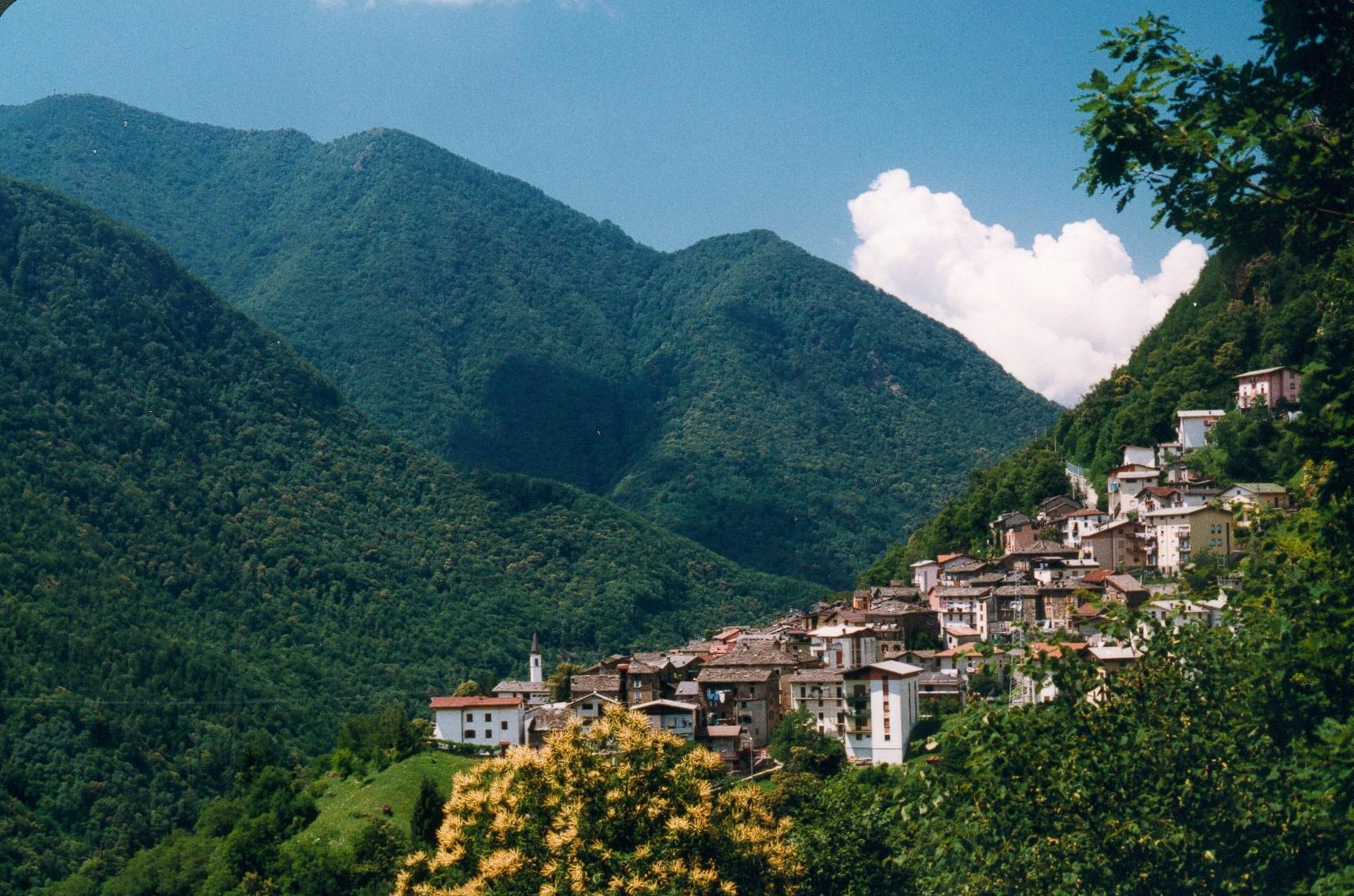 http://upload.wikimedia.org/wikipedia/commons/7/7b/Italian_town_Pagnona.jpg