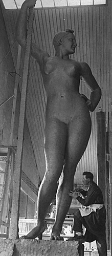 https://upload.wikimedia.org/wikipedia/commons/7/7b/Ivan_Shadr-Russian_sculptor.jpg