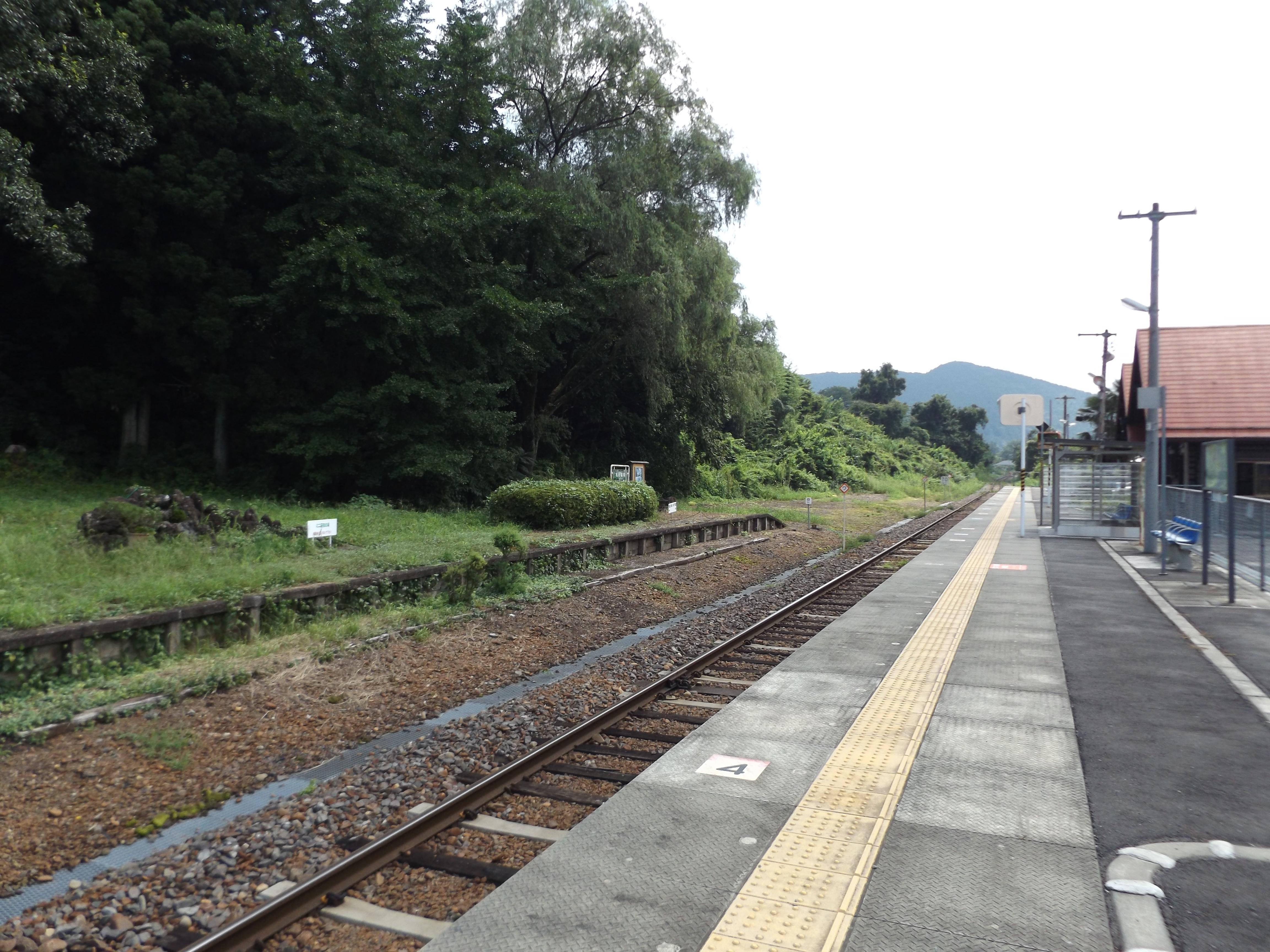 https://upload.wikimedia.org/wikipedia/commons/7/7b/JR_East_Fukuroda_station_yard.JPG