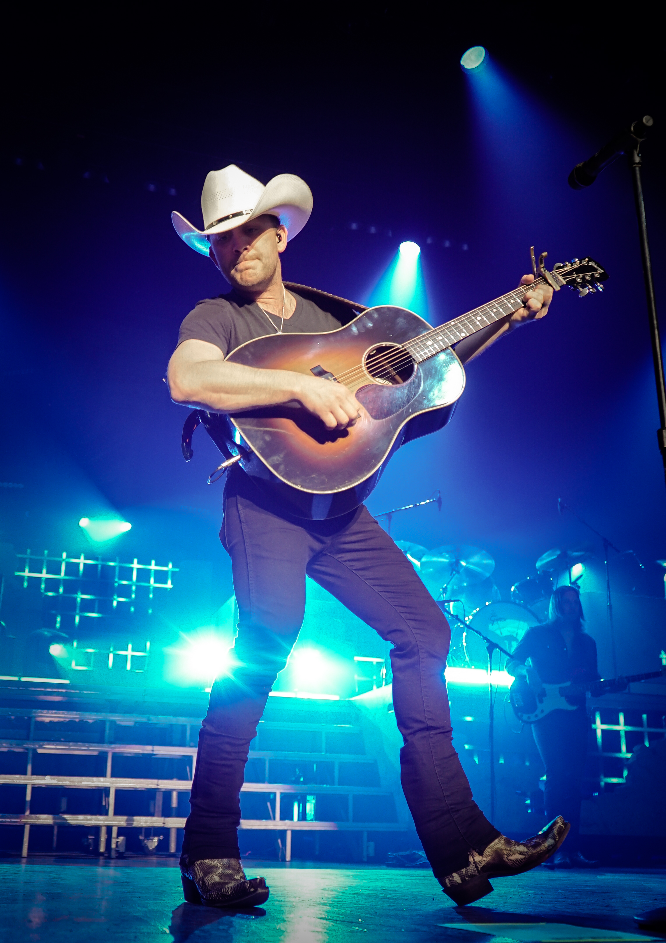 The 34-year old son of father (?) and mother(?) Justin Moore in 2018 photo. Justin Moore earned a  million dollar salary - leaving the net worth at 2 million in 2018