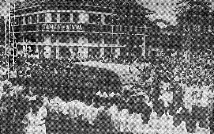 Berkas:Ki Hadjar Dewantara, funeral procession (page 114).jpg