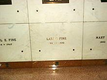 Niche de Larry Fine dans la crypte.