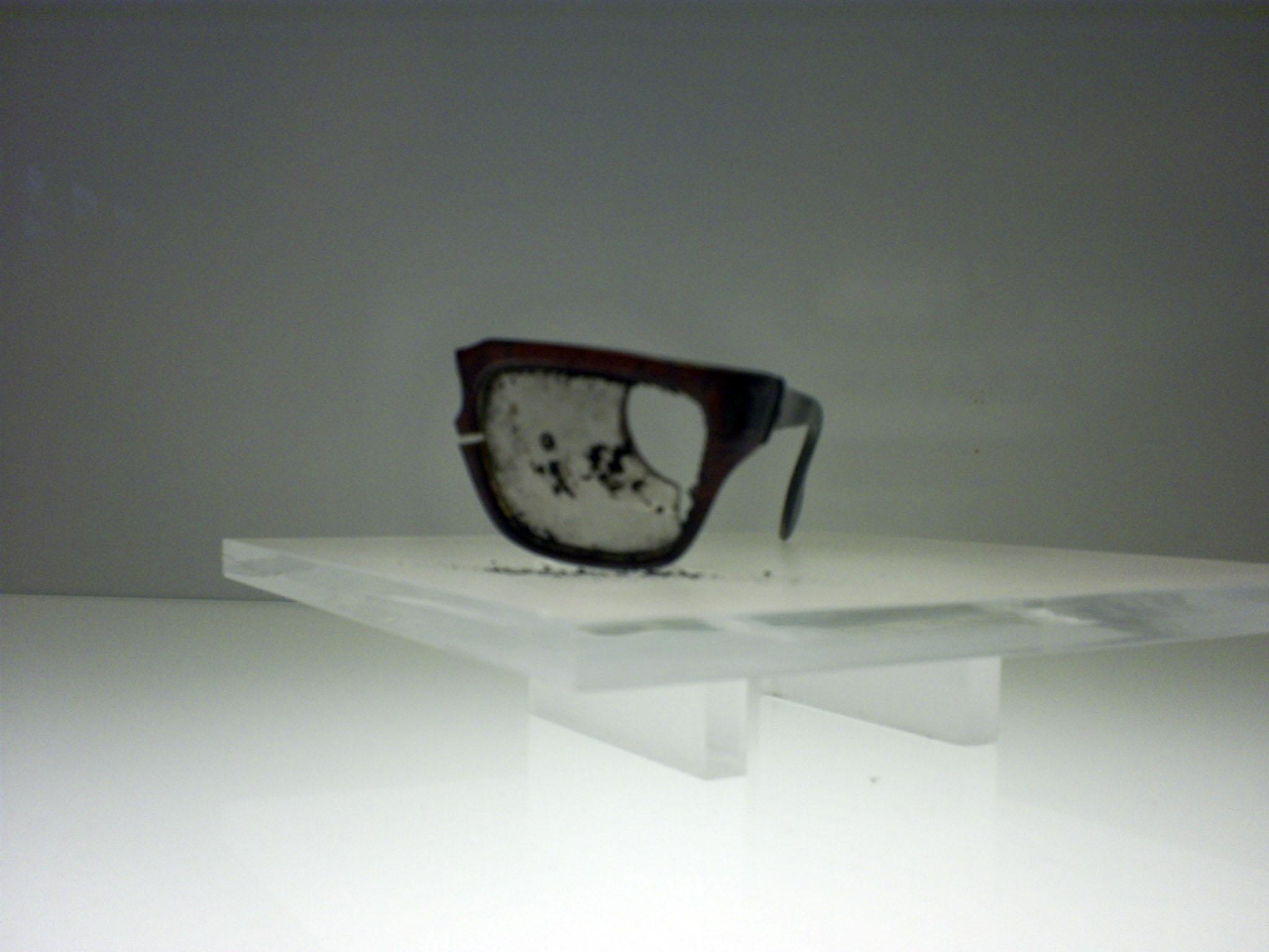 Gafas de Salvador Allende, encontradas en el Palacio de la Moneda, tras el bombardeo.