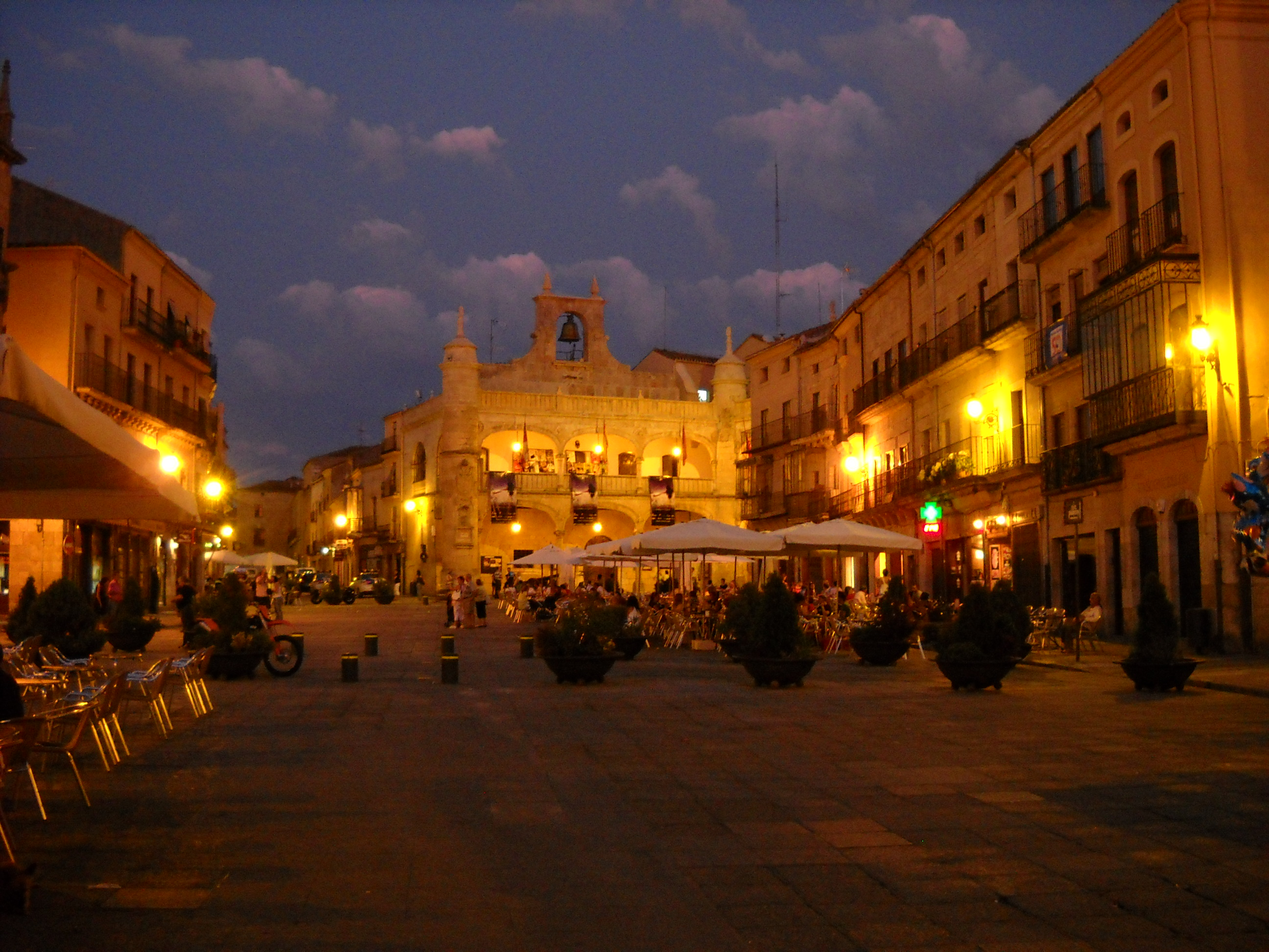 http://upload.wikimedia.org/wikipedia/commons/7/7b/LiB_plaza_mayor_ciudad_rodrigo_01.jpg