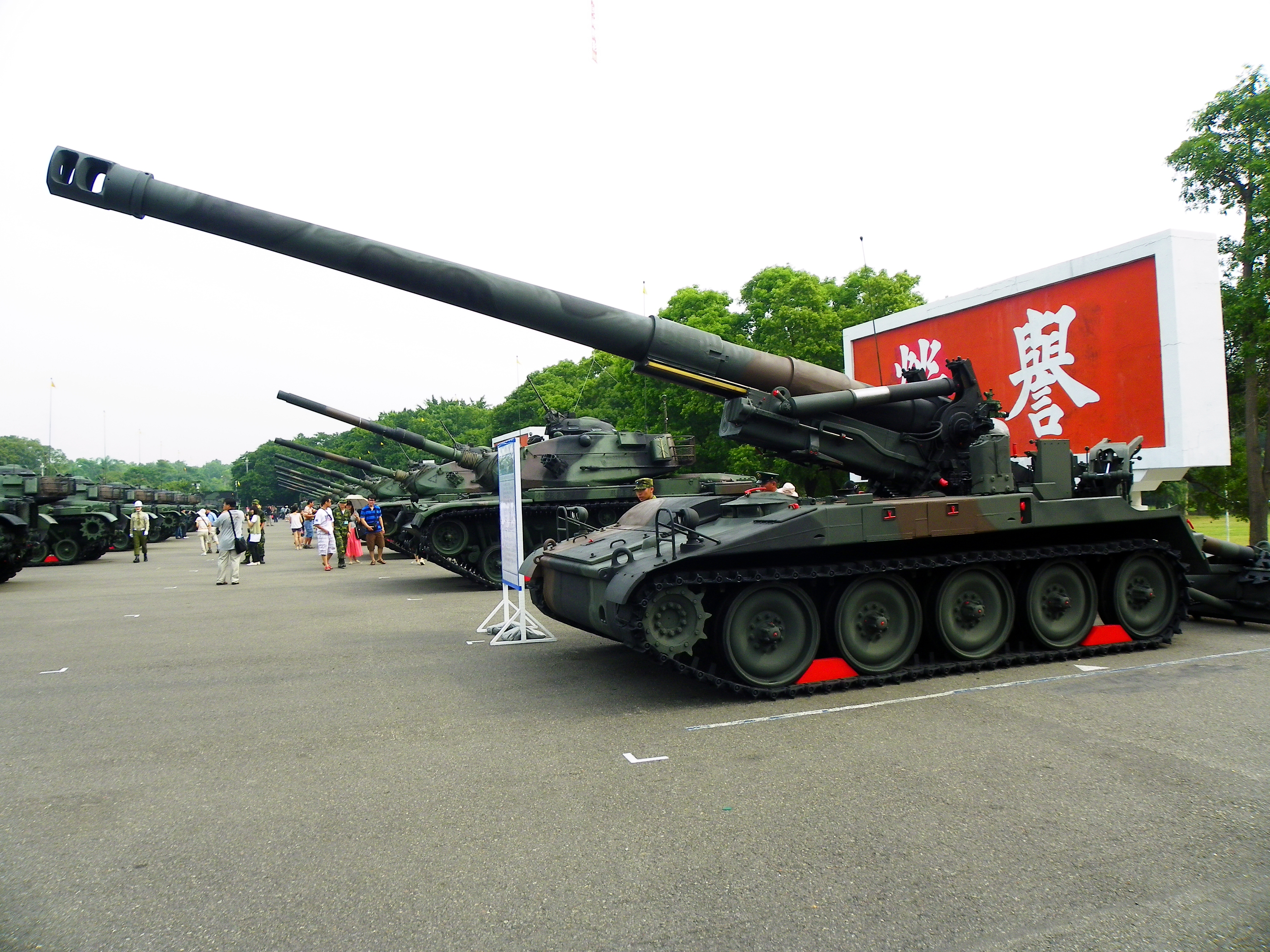 file m110a2 howitzer and m60a3 tanks display in chengkungling. Black Bedroom Furniture Sets. Home Design Ideas