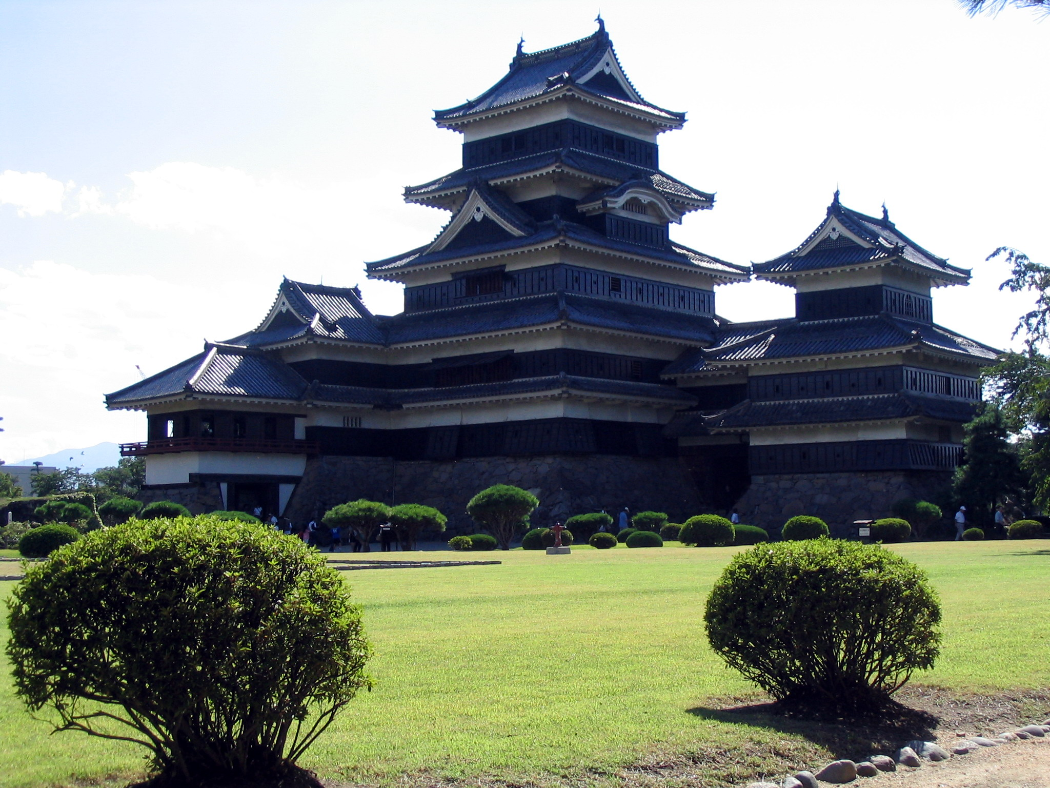 Matsumoto_Castle_far2_0504.jpg