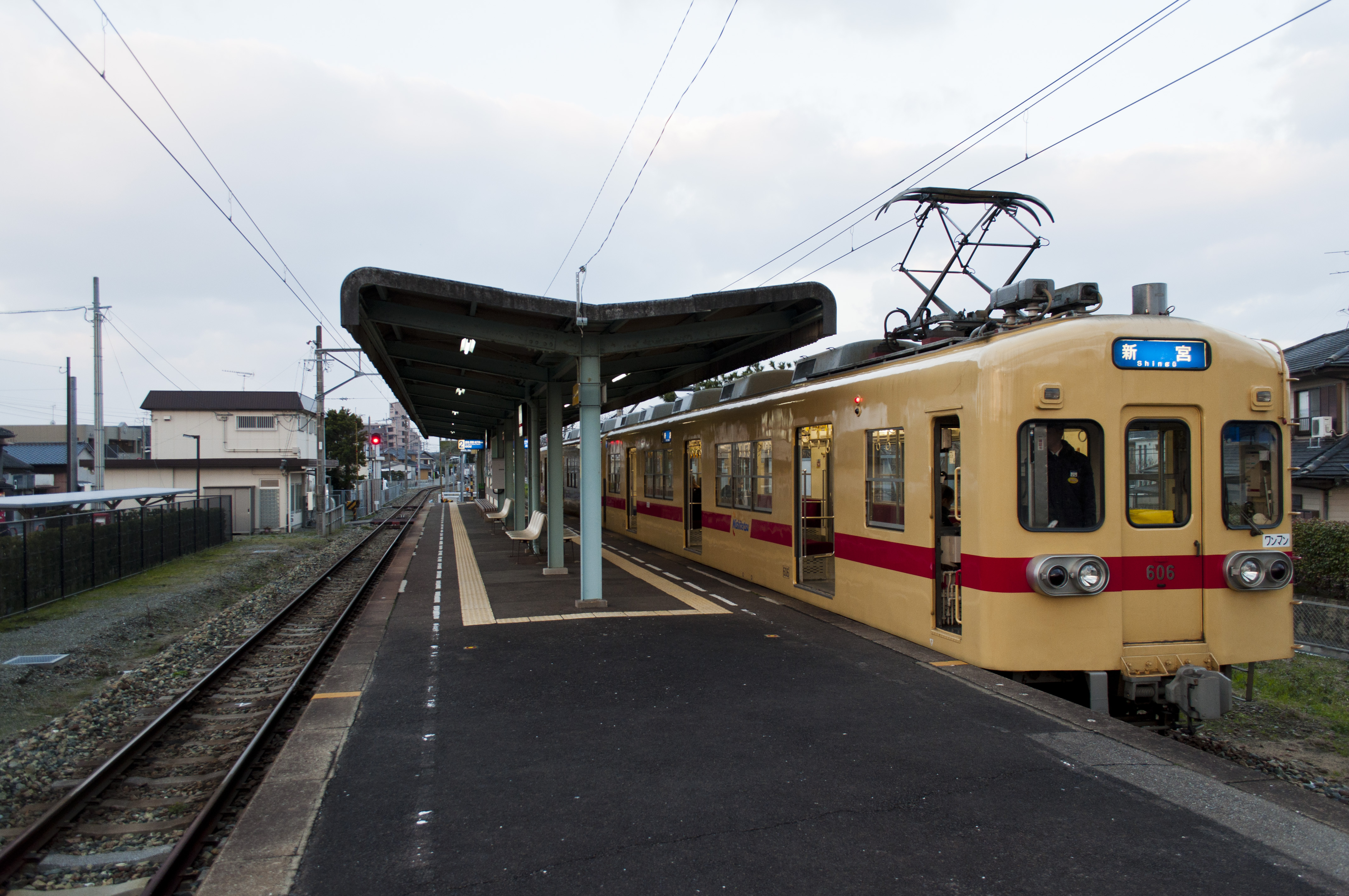 https://upload.wikimedia.org/wikipedia/commons/7/7b/Nishitetsu_Shingu_Station_Platform.jpg