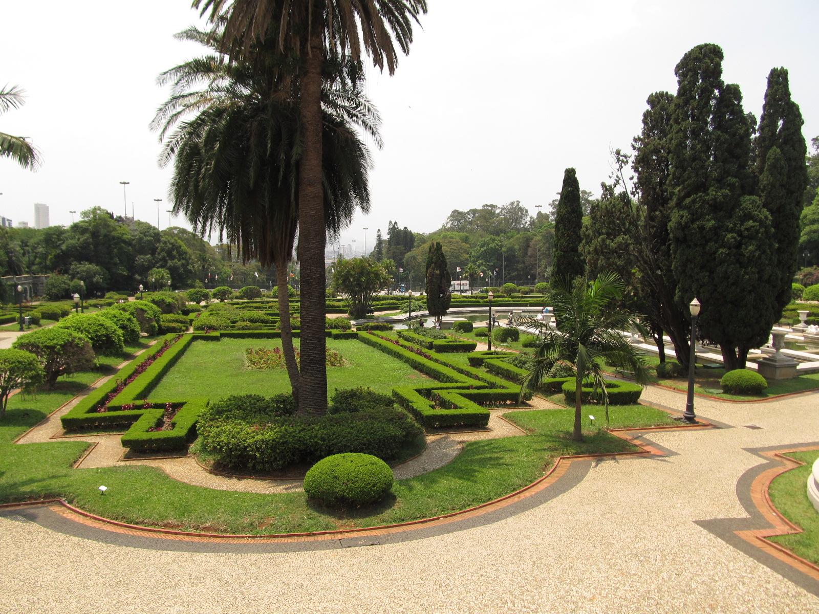 Paulista_Museum_gardens_in_Sao_Paulo,_Br