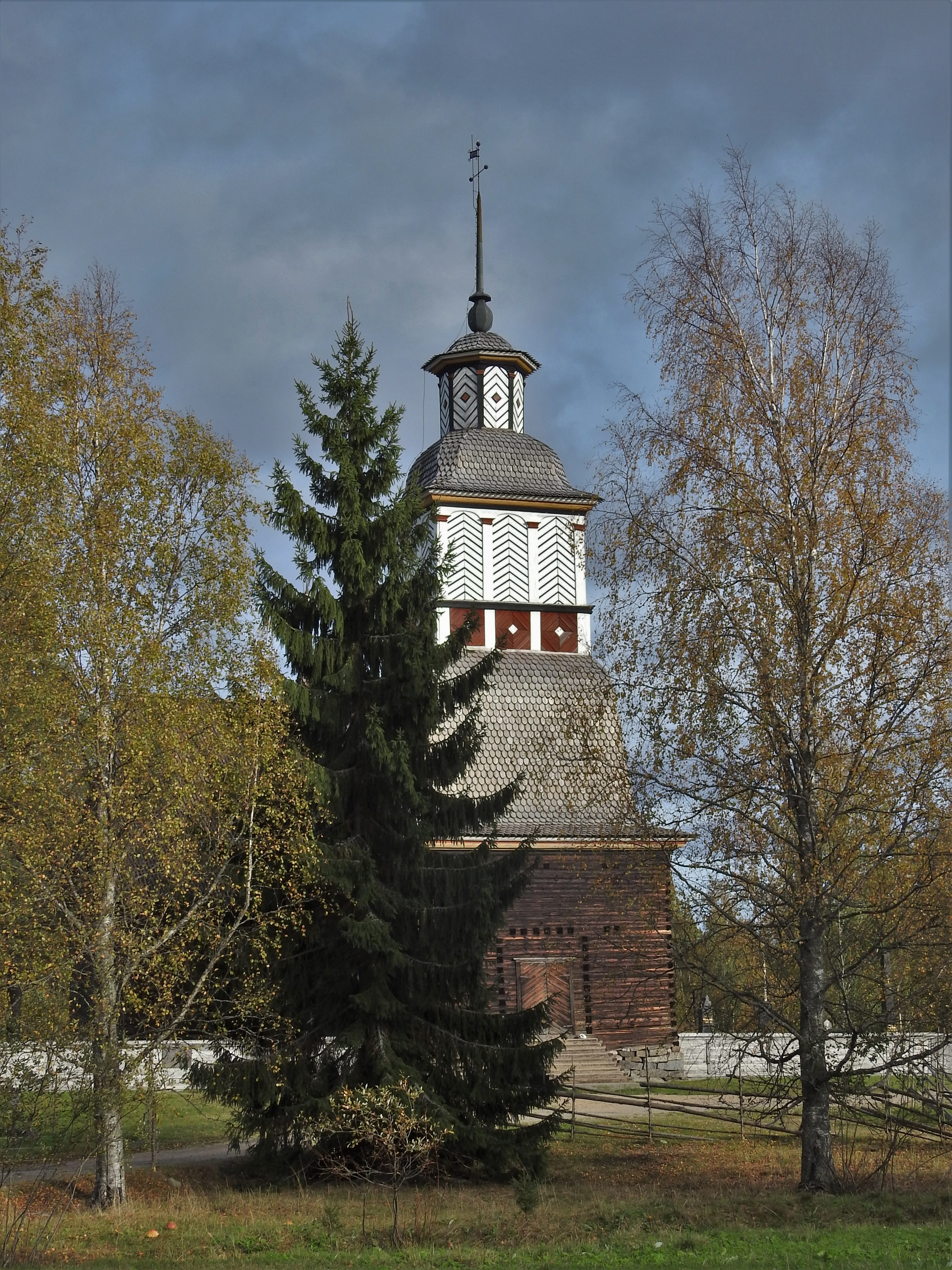 Petäjäveden vanha kirkko syysasussa.jpg