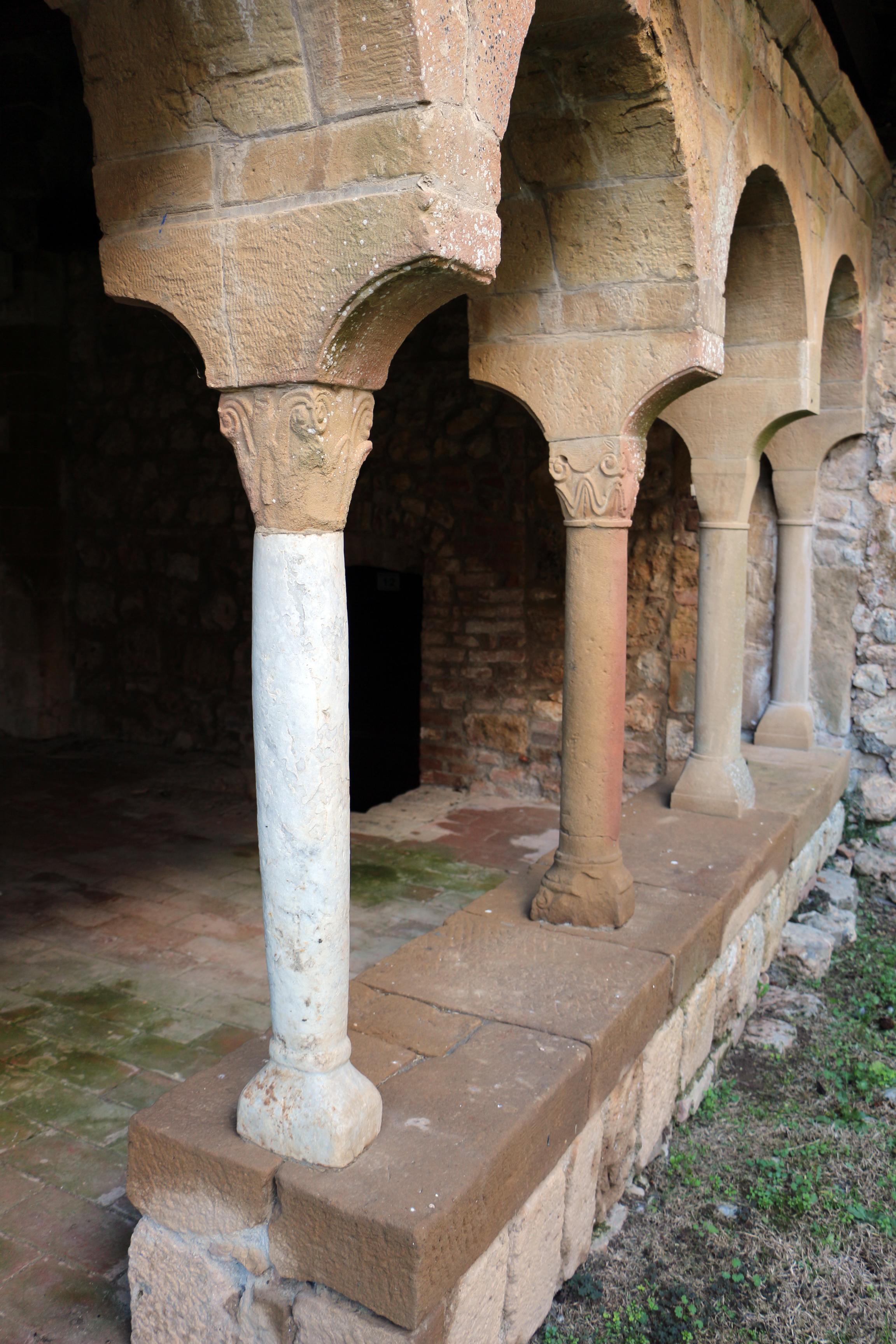 Sovicille, Pieve di Ponte allo Spino, resti dell'antico chiostro, colonnetta romana