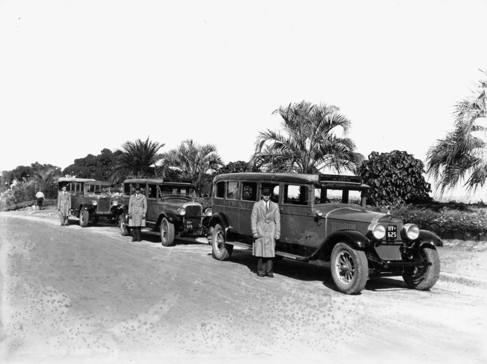 StateLibQld_1_109448_Drivers_and_Service_Cars_await_passengers_near_the_beach_at_Sandgate%2C_ca._1930.jpg