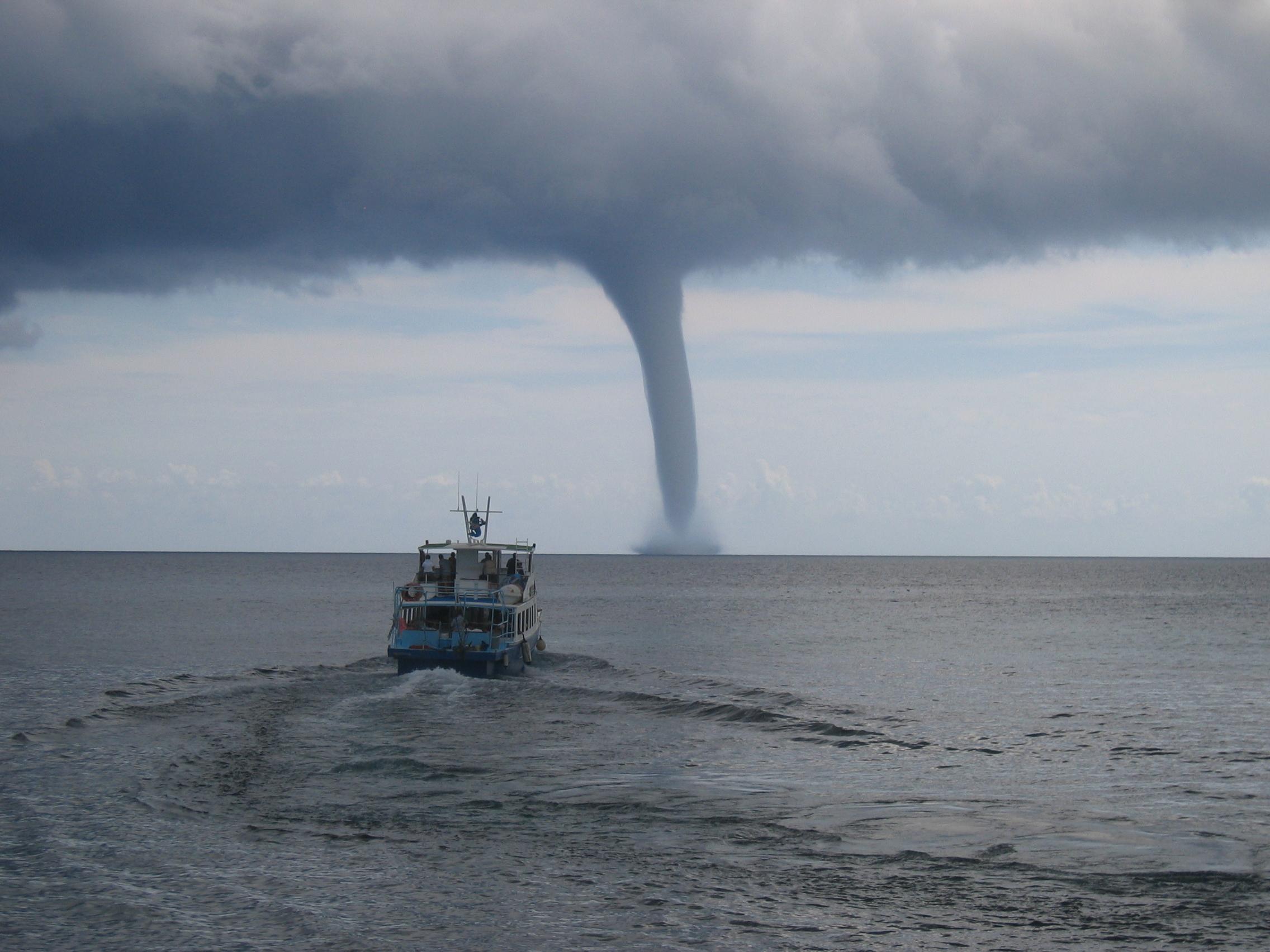 Файл:Tornado near Cala Ratjada (Mallorca) 11.09.05.jpg — Википедия