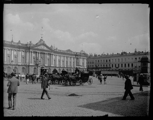 Hôtel de ville, place du Capitole. Juillet 1905.  Vue générale de la place.  Façade de l'hôtel de ville; façade sud de la place; à gauche passants; au centre voitures à attelage et cochers; à droite façade de bâtiments.