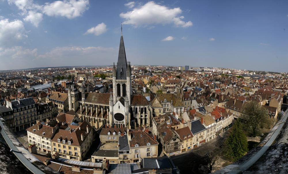 Panorama du nord de Dijon vu depuis la Tour Philippe le Bon, avec en premier plan l'église Notre-Dame de Dijon.