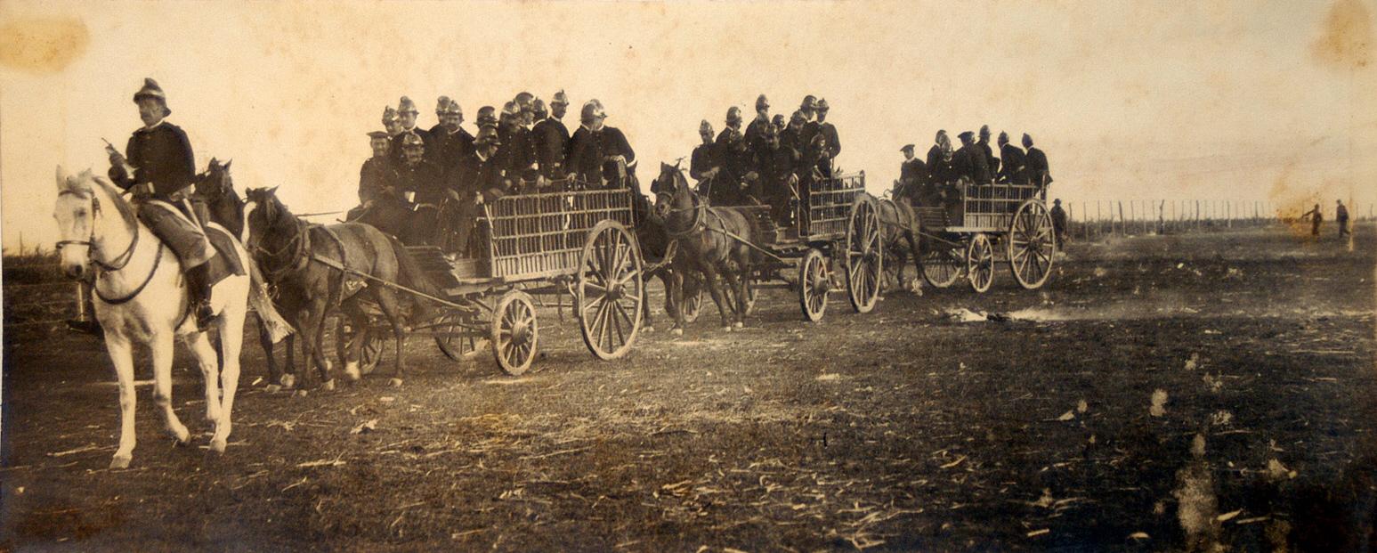 El ejército gubernamental siendo transportado en carretas.