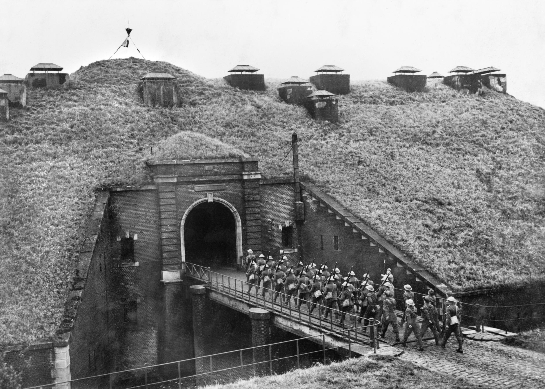 Βρετανοί στρατιώτες εισέρχονται σε οχυρό της Γραμμής Μαζινό