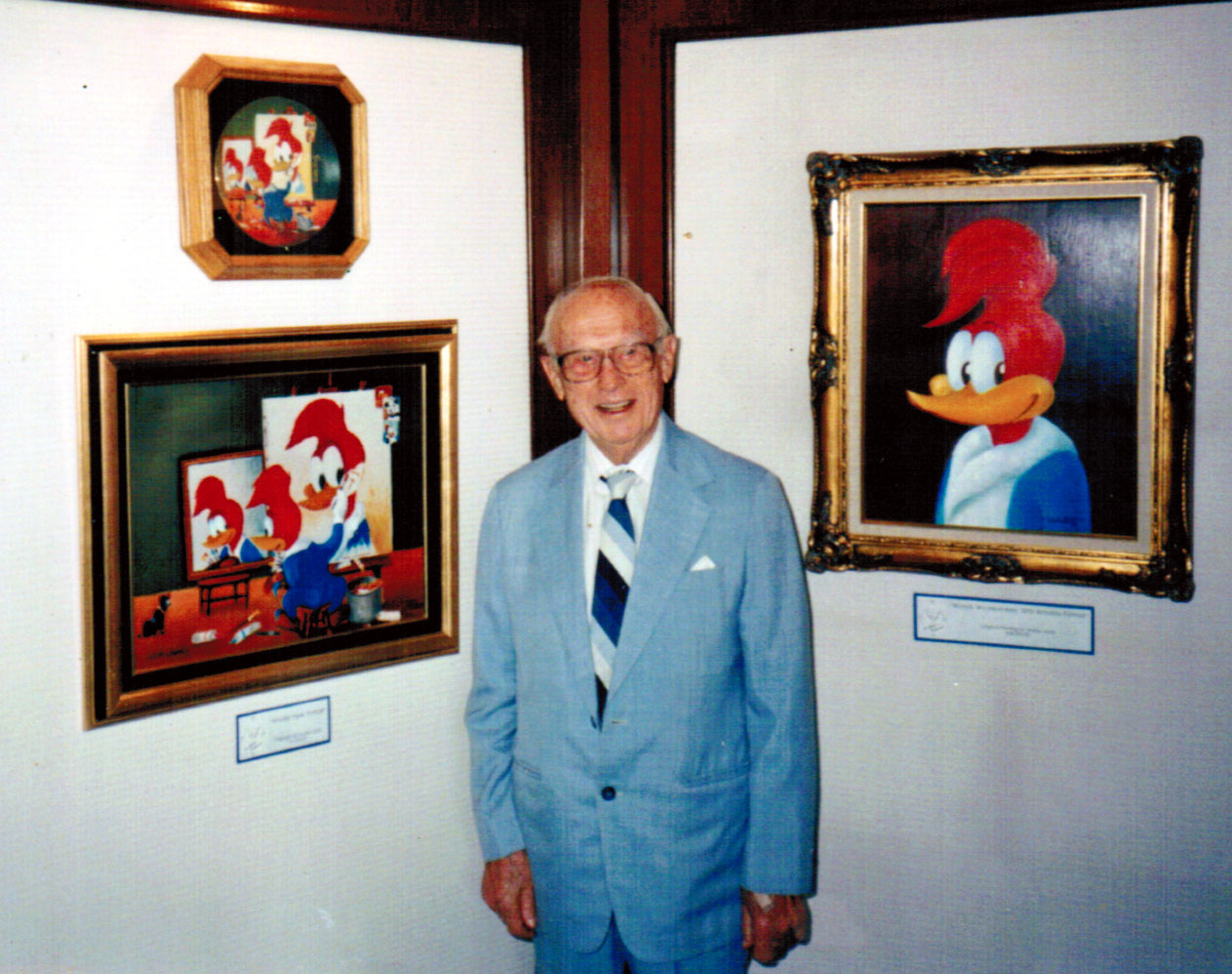 Ветеран студии Уолтер Ланц с фотографиями придуманного им дятла Вуди