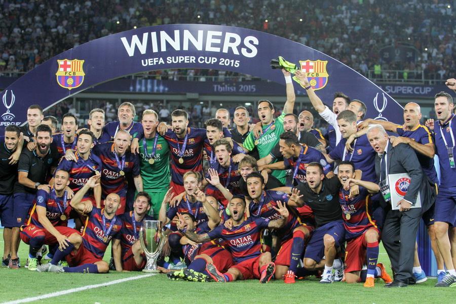 651932ae3 Piłkarze oraz członkowie sztabu szkoleniowego FC Barcelony świętujący  zdobycie Superpucharu Europy 2015.