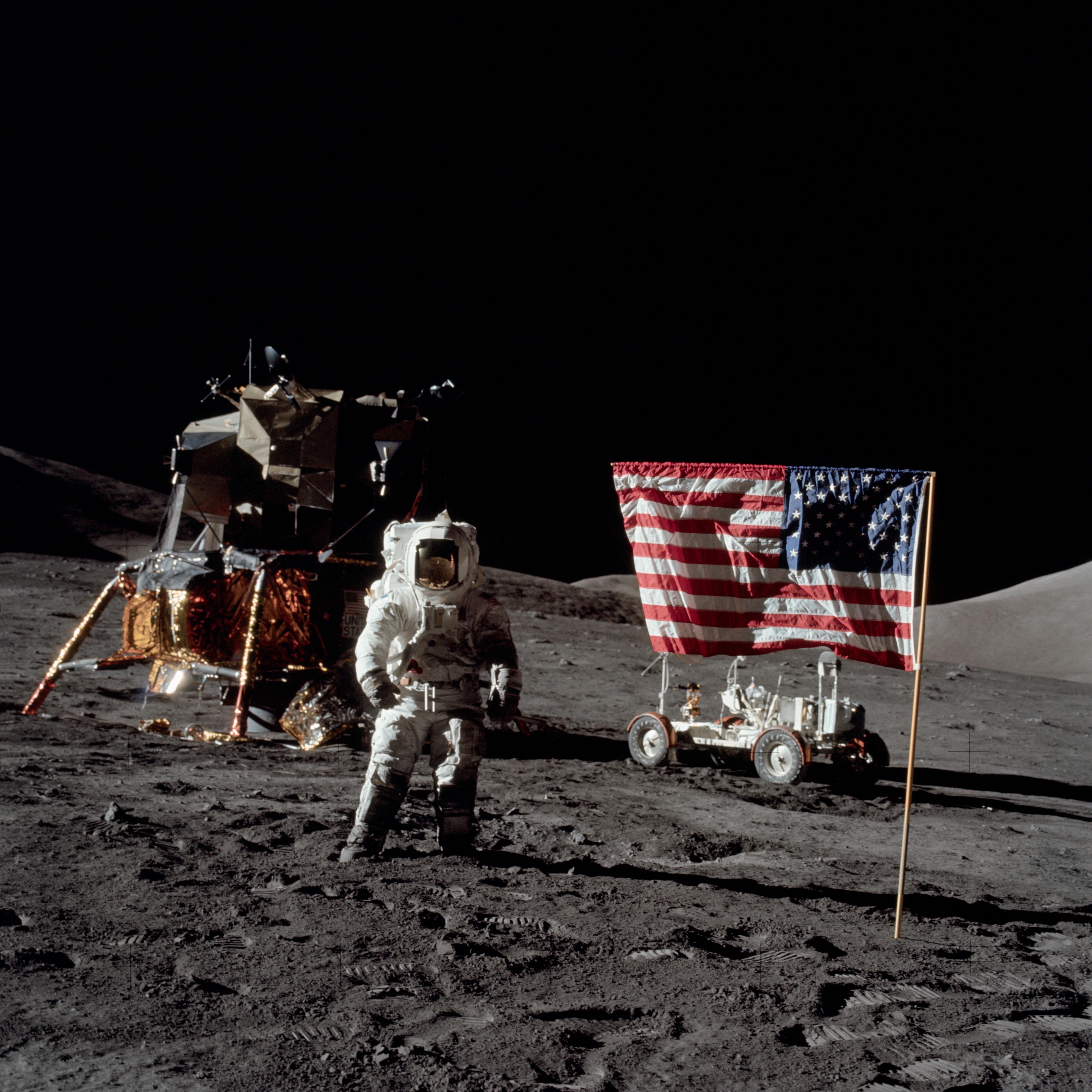 رائد فضاء هاريسون شميت يوم 13 ديسمبر عام 1972 خلال مهمة أبولو 17، وكانت آخر بعثة للهبوط على سطح القمر حتى الآن.
