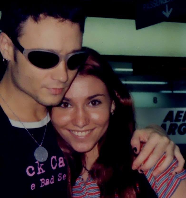 Enrique Bunbury en 1998 junto a una seguidora