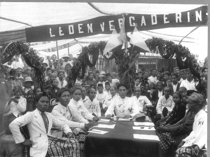 Potret bersama rapat Sarekat Islam di Kaliwungu. Hadir para anggota dari Kaliwungu, Peterongan, dan Mlaten, serta anggota Asosiasi Staf Kereta Api dan Trem (VSTP)[1] Semarang.