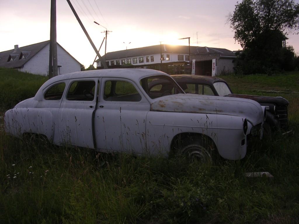 File:Car wrecks behind Uhtna School - panoramio jpg