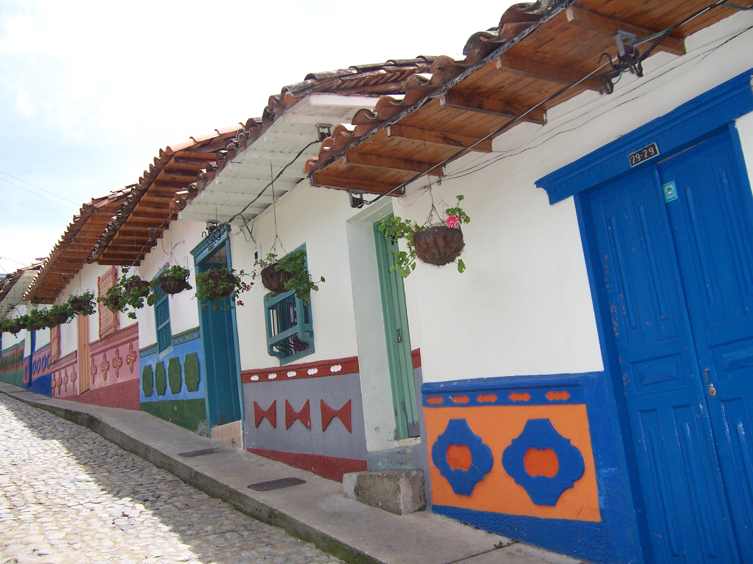 File casas de guatap jpg wikimedia commons - Fachadas de casas de pueblo ...