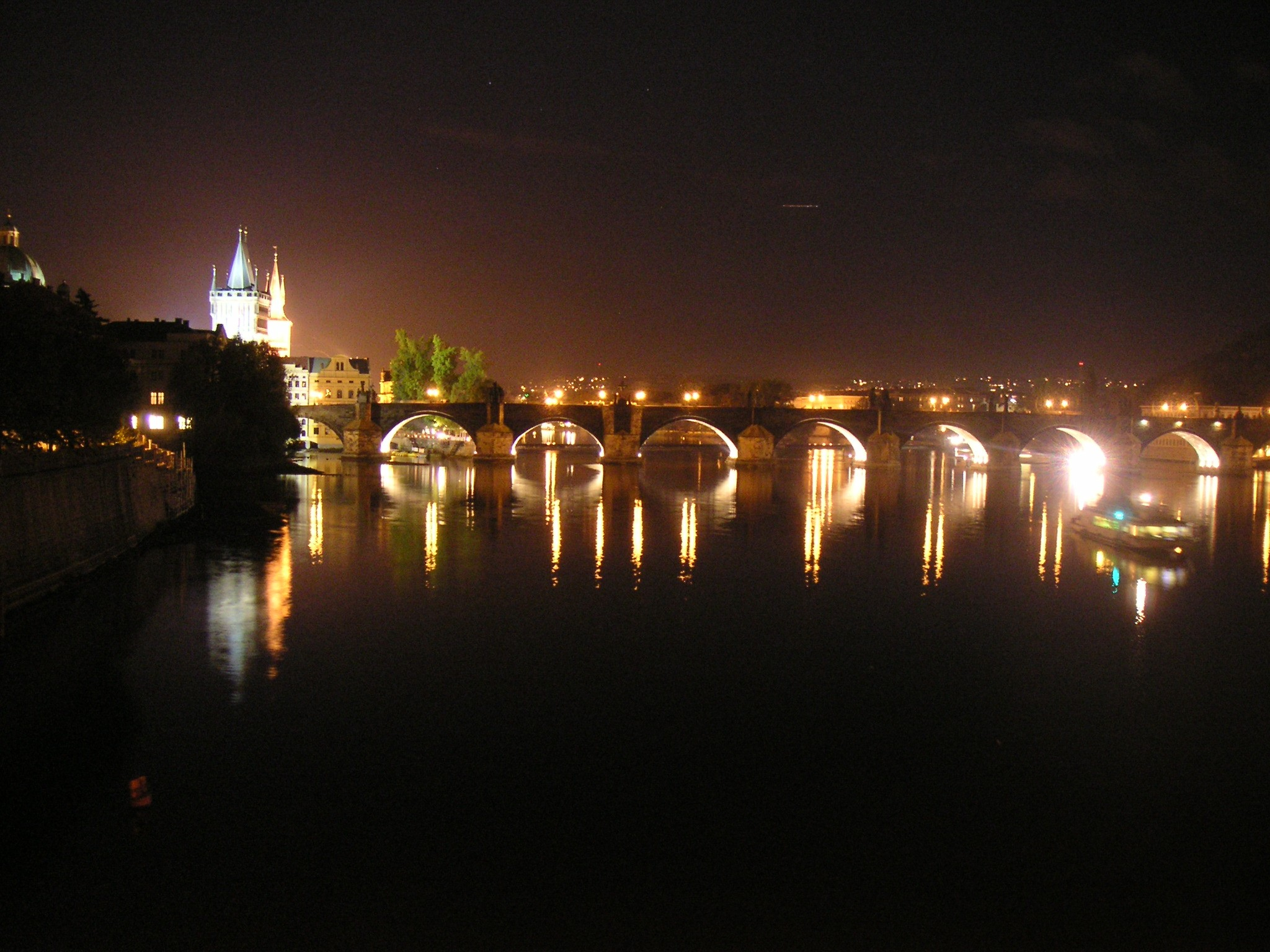 Súbor:charles bridge at night - prague