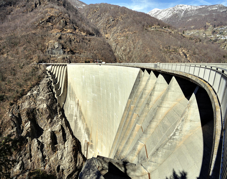 Verzasca Talsperre am Lago di Vogorno, hier wurde der Bungeesprung aufgenommen.