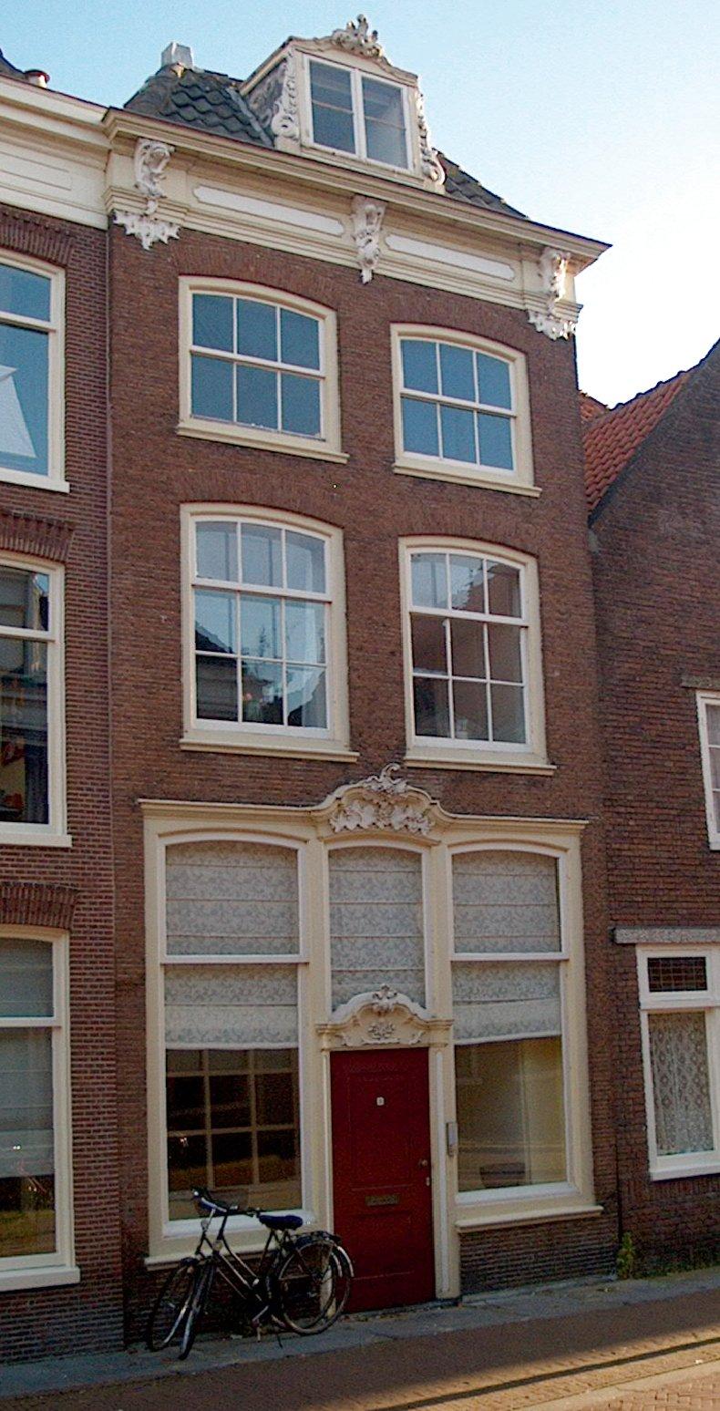 Huis met hoge bakstenen gevel met rechte kroonlijst waarop gesneden consoles en dakkapel voor - Oude huis gevel ...