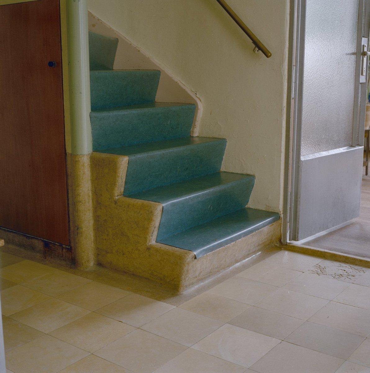 File interieur begane grond hal ondergedeelte trap en betegelde vloer en openstaande deur - Model interieur trap ...