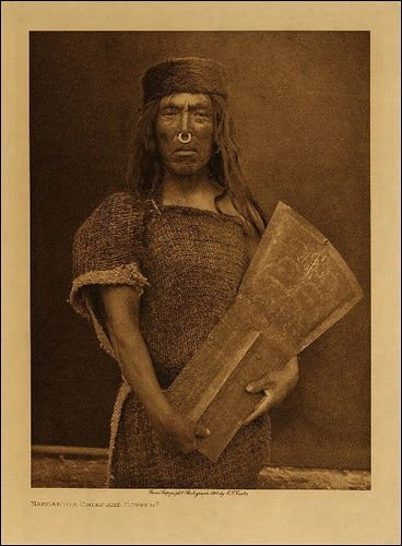 Datoteka:Kwakwaka'wakw man and copper shield, by Edward Curtis.jpg