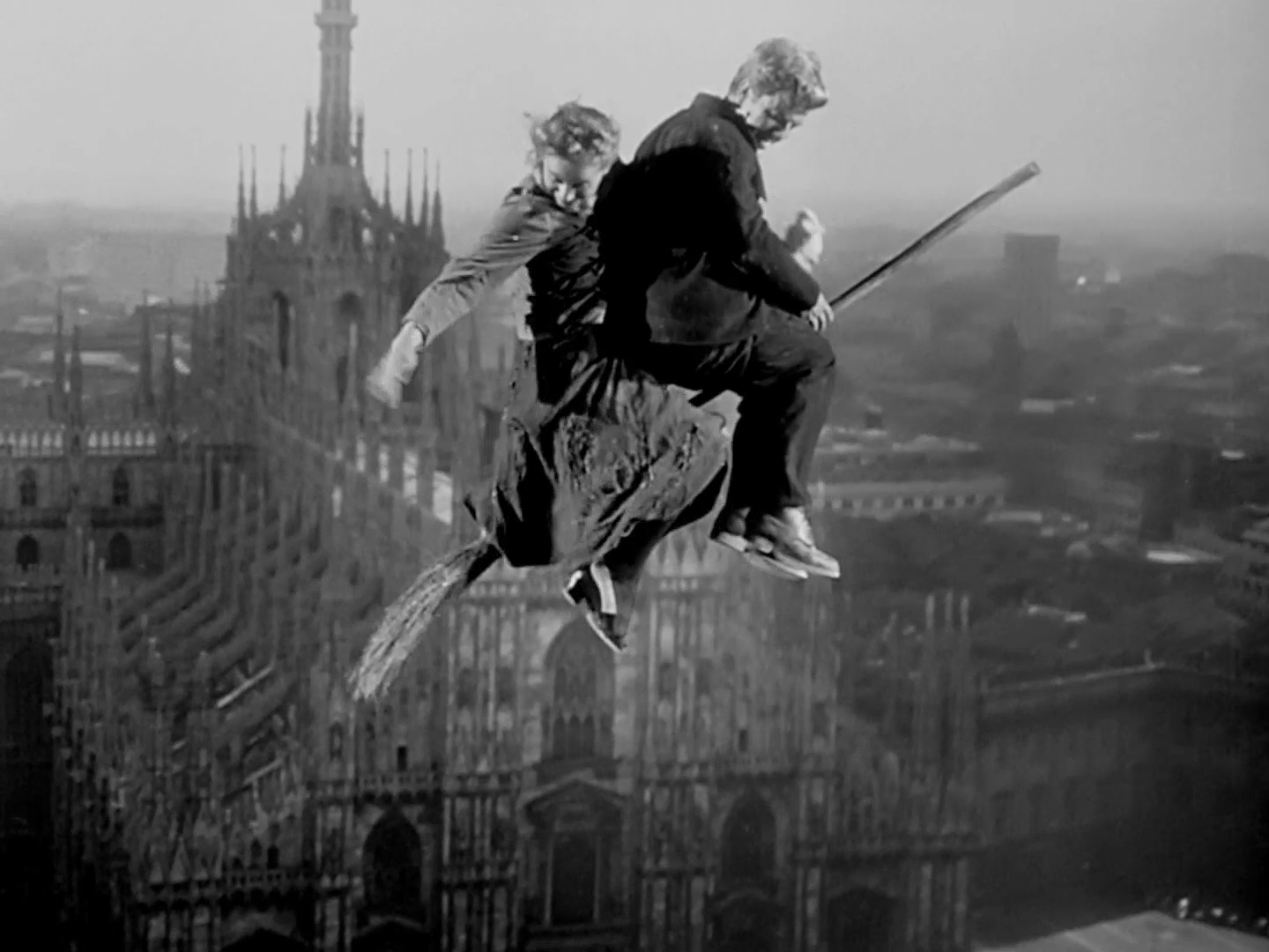 [By Vittorio De Sica (director) / Eraldo Da Roma (cinematographer) - Italian movie Miracolo a Milano (1951), Public Domain, https://commons.wikimedia.org/w/index.php?curid=89258532]