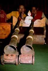 Dungchens zijn een geliefd Tibetaanse muziekinstrument