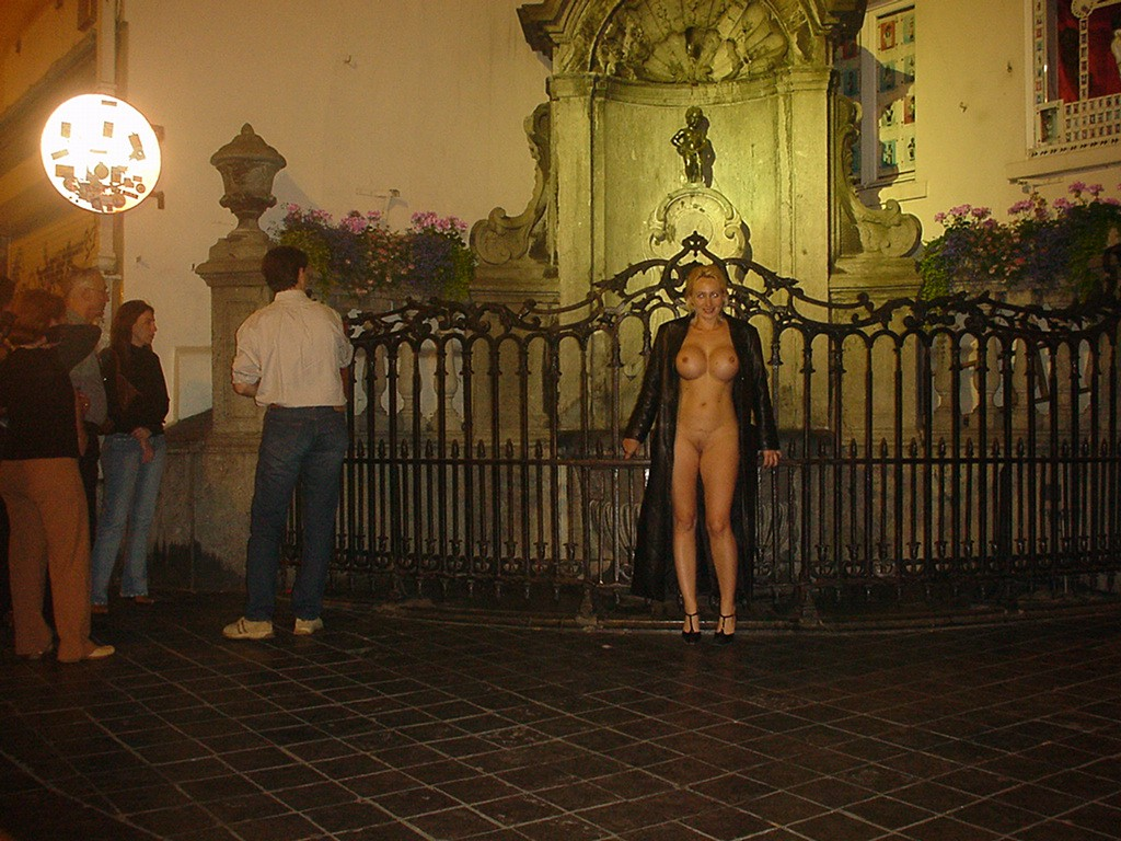 Datei:Nude in public - Exhibitionism.jpg