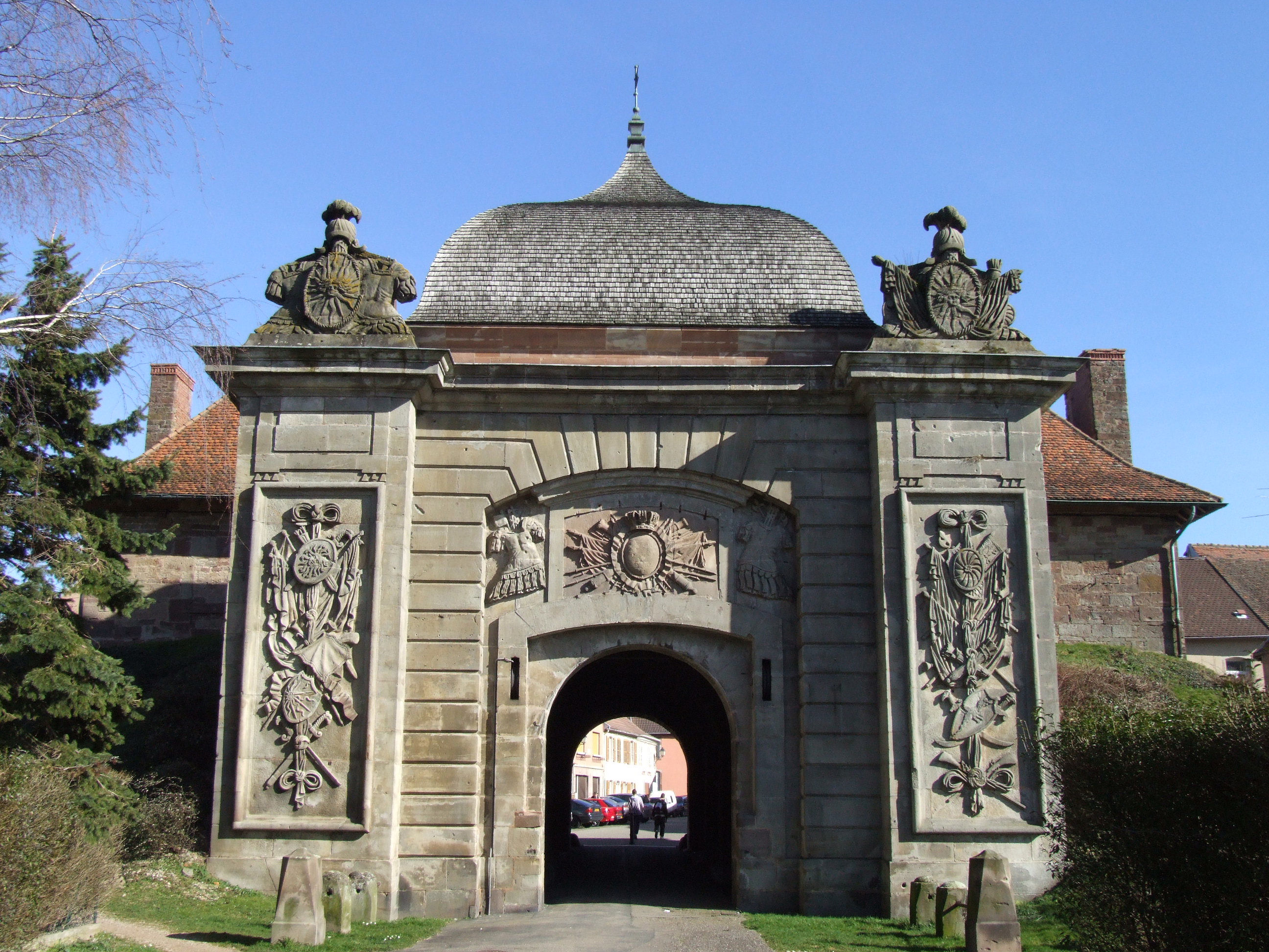 File phalsbourg porte de france wikimedia commons for Porte french to english