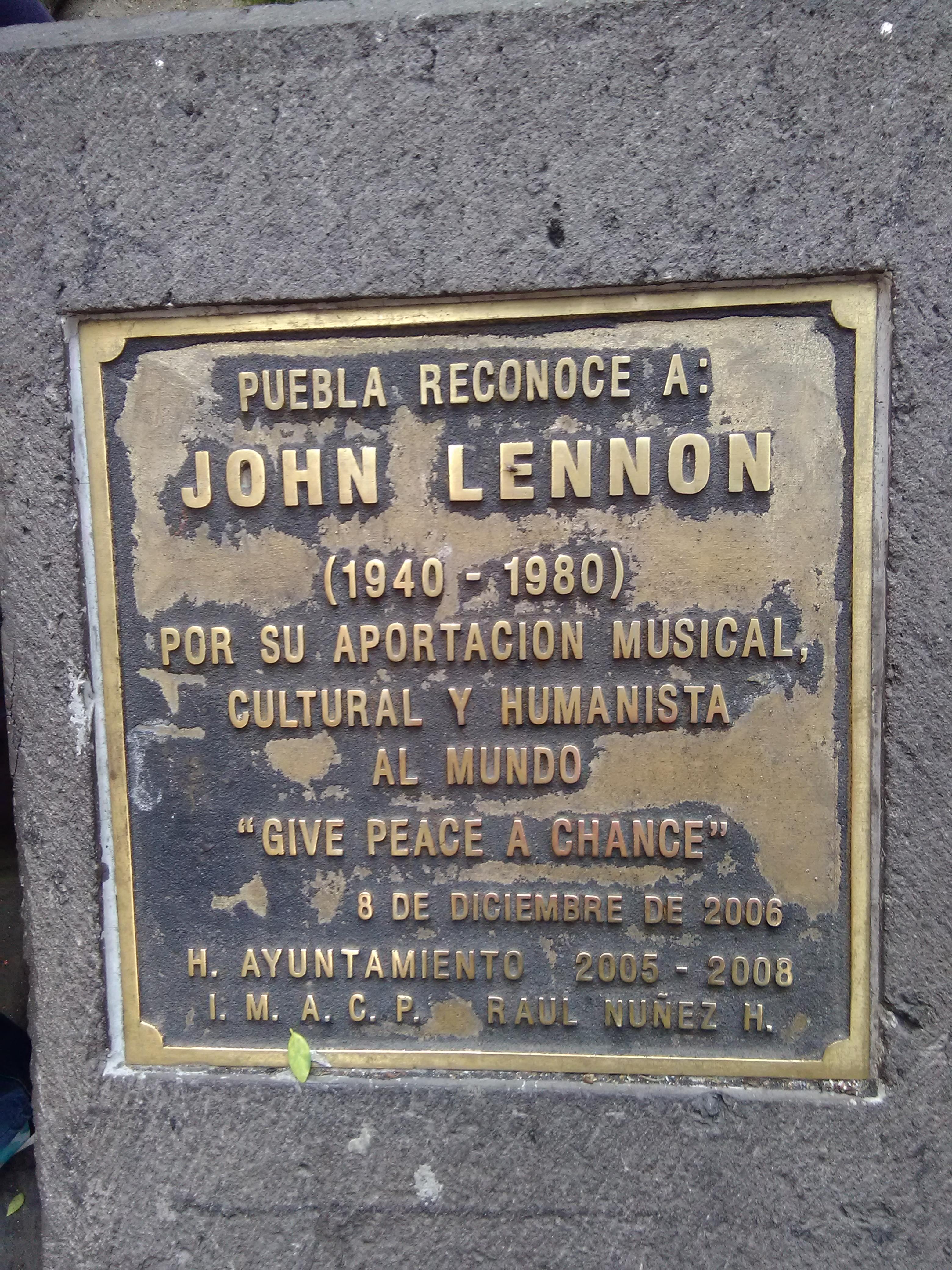 Placa conmemorativa en la Plaza de John Lennon, Puebla