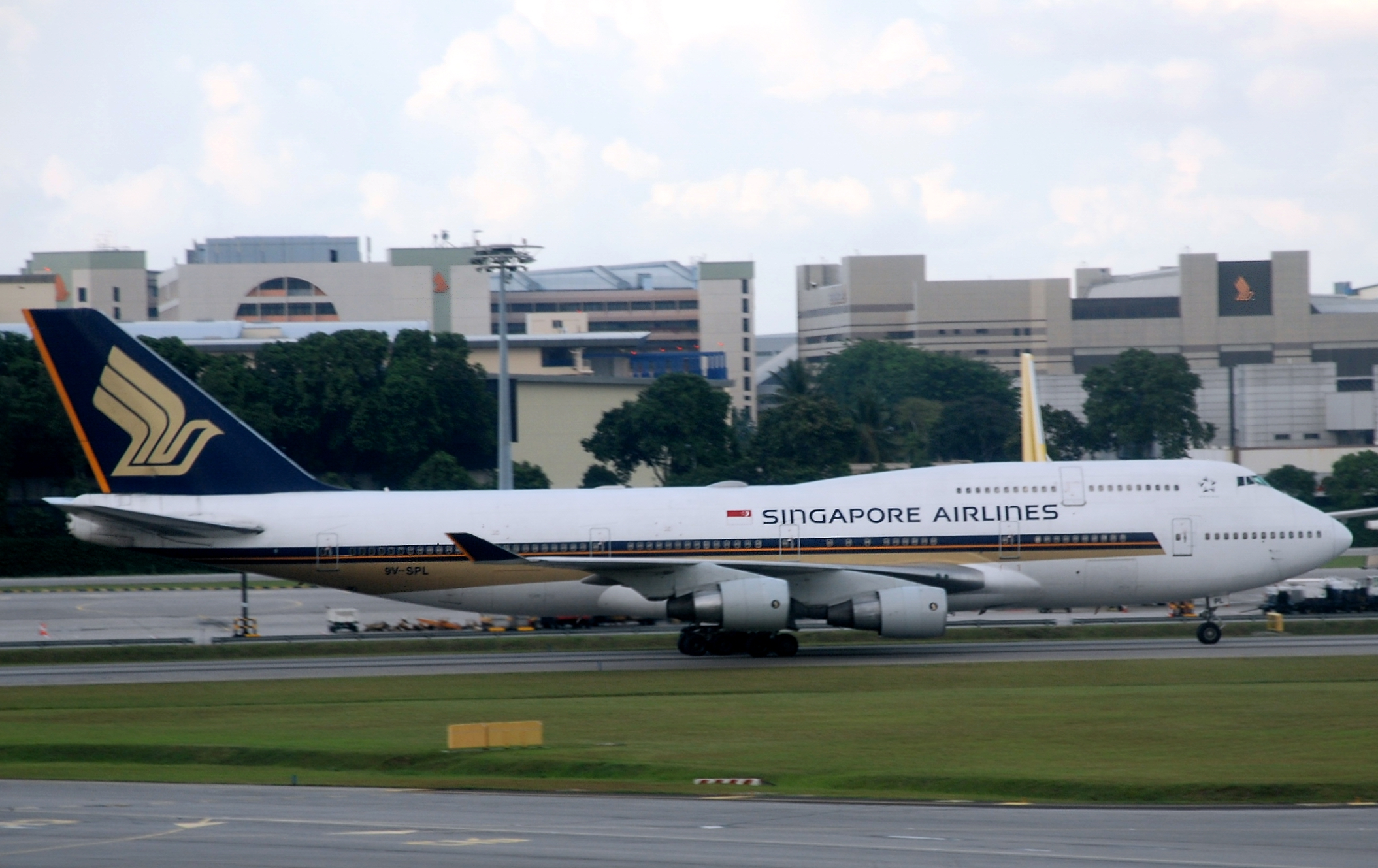 singapore airlines accidents A singapore airlines airbus with 182 passengers and 12 crew on board lost power to both engines en route to shanghai - falling 3,962m (13,000ft) - the airline said on wednesday as it announced an .